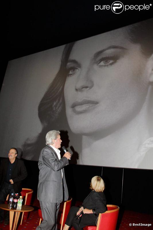 Alain Delon observe un sublime portrait de Romy Schneider dans la salle du Pathé de Boulogne-Billancourt, le vendredi 25 novembre 2011.