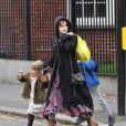 Helena Bonham Carter, un look toujours aussi excentrique, et ses enfants, à Londres le 4 décembre 2011
