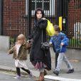 Helena Bonham Carter avec ses enfants, à Londres le 4 décembre 2011