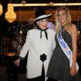 Miss Prestige National 2012 Christelle Roca et Geneviève de Fontenay prennent la pose à l'Hotel Hilton à Paris le 5 décembre 2012