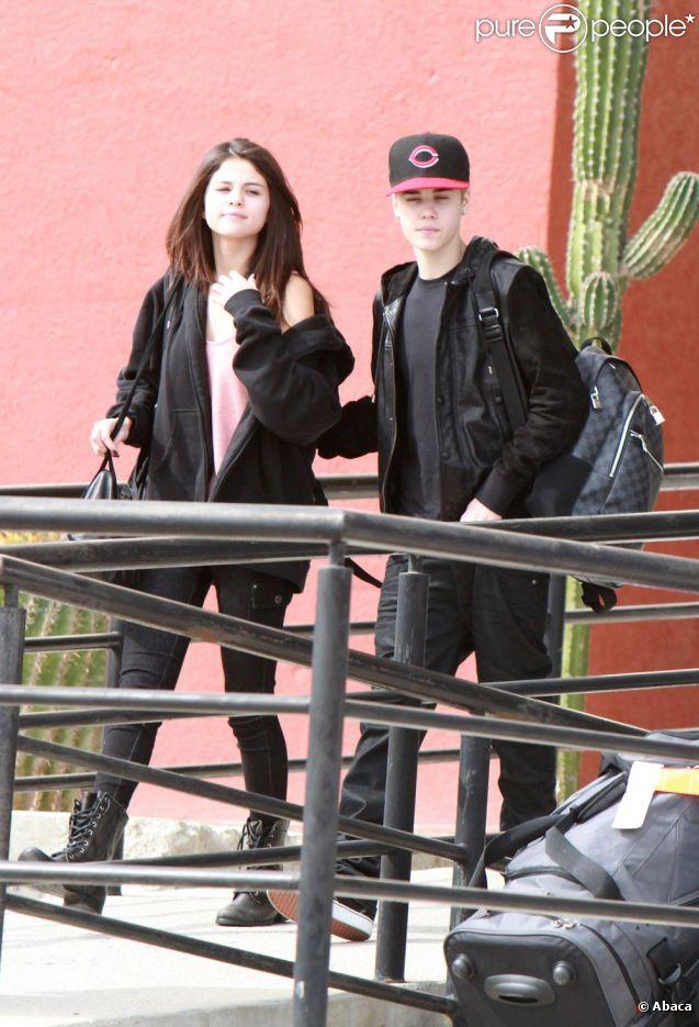 Justin Bieber et sa chérie Selena Gomez à l'aéroport de Mexico le 6 décembre 2011