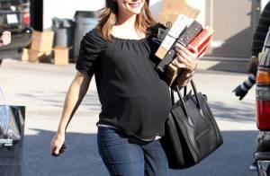 Jennifer Garner, enceinte, fait son shopping de Noël et gâte les siens