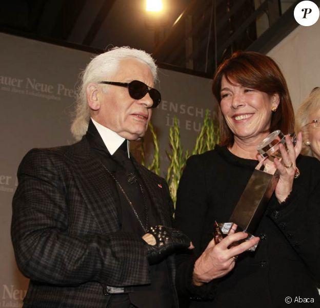 La princesse Caroline de Monaco a reçu des mains de son grand ami Karl Lagerfeld le Menschen in Europa Award, lundi 12 décembre 2011, à Passau (Allemagne).