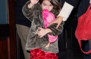 Suri Cruise joue la star, entourée de ses parents Katie et Tom amoureux
