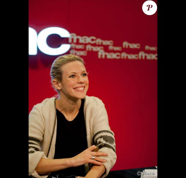 Lorie, souriante, dédicace son album Regarde Moi, le 18 décembre 2011 à Cannes