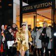 Lady Gaga sort de la boutique Louis Vuitton Matsuya Ginza à Tokyo au Japon le 22 décembre 2011