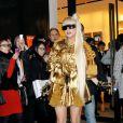Lady Gaga : très lookée quand elle sort de la boutique Louis Vuitton Matsuya Ginza à Tokyo au Japon le 22 décembre 2011