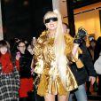 Lady Gaga : version gold lorsqu'elle sort de la boutique Louis Vuitton Matsuya Ginza à Tokyo au Japon le 22 décembre 2011