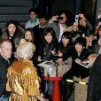 Lady Gaga est attendue par de nombreux fans lorsqu'elle sort de la boutique Louis Vuitton Matsuya Ginza à Tokyo au Japon le 22 décembre 2011