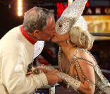 Lady Gaga, étincelante, offre un méga show à Times Square et emballe le maire !