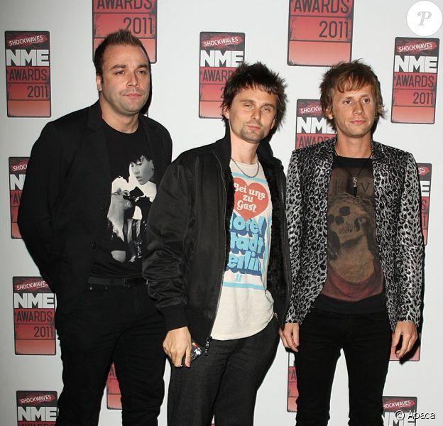 Christopher Wolstenholme (à gauche) en février 2011 en compagnie de Matthew Bellamy et de Dominic Howard (à droite)