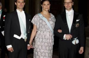 La princesse Victoria, bien enceinte, se cache derrière un maillot taille bébé