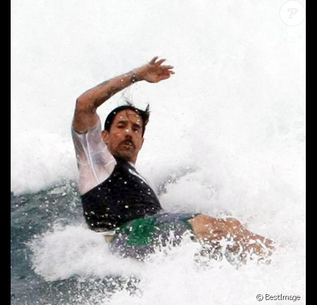 Anthony Kiedis le 30 décembre 2011 à Saint Barth en pleine séance de surf, quelques jours avant de devoir annuler la tournée des Red Hot Chili Peppers