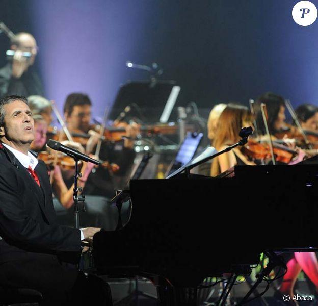 Julien Clerc, entouré de 40 musiciens symphoniques, au Palais des Congrès de Paris, le 13 janvier 2012.