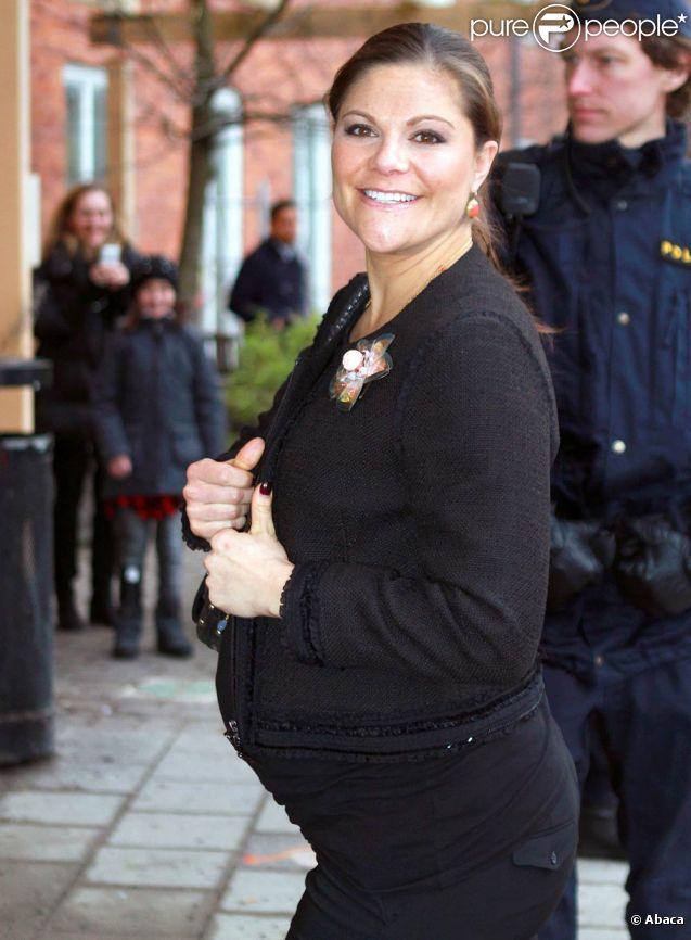 Simple visite ou repérage ? La princesse Victoria de Suède s'est déplacée au centre pédiatrique Astrid Lindgren de l'hôpital universitaire Karolinska, à Solna, le 19 janvier 2012. A moins de deux mois d'accoucher de son premier enfant.