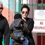 Sandra Bullock : Son petit Louis ne quitte pas ses bras réconfortants