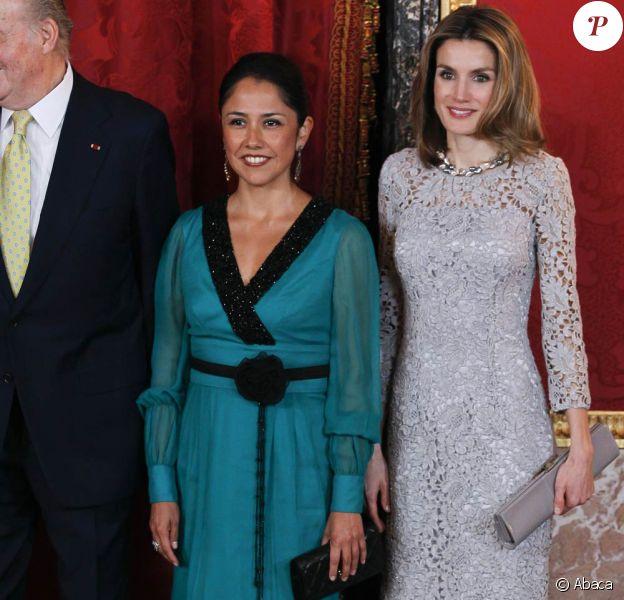 Letizia d'Espagne lumineuse au côté de la première dame NAdine Heredia, très élégante également. Le président du Pérou Ollanta Humala et son épouse Nadine Heredia ont été accueillis le 25 janvier 2012 au palais de la Zarzuela, à Madrid, par le roi Juan Carlos Ier, la reine Sofia, le prince Felipe et la princesse Letizia.