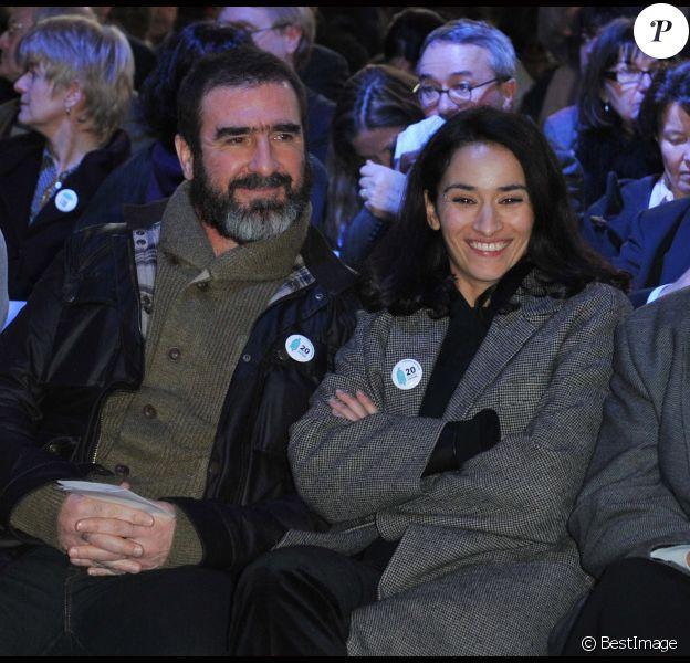 Eric Cantona et Rachida Brakni le 1er février 2012 à la Porte de Versailles à Paris pour la présentation du rapport annuel sur l'état du mal-logement en France de la Fondation Abbé Pierre
