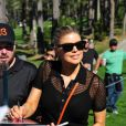 Fergie soutient son homme Josh Duhamel lors de son tournoi de golf et signe des autographes, à Los Angeles, le 8 février 2012