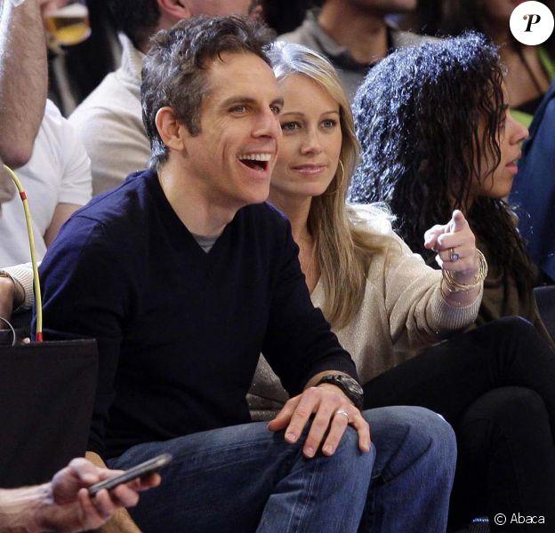 Ben Stiller et Christine Taylor au Madison Square Garden pour assister à la victoire des Knicks contre les Lakers, à New York, le 10 février 2012.