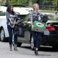 Charlize Theron débarque les bras chargés d'alcool pour la soirée du Super Bowl chez une amie à Los Angeles le 5 février 2012
