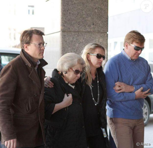 La reine Beatrix des Pays-Bas, la princesse Mabel, les princes Willem-Alexander et Constantijn arrivent à l'hôpital d'Innsbruck (Autriche) le 24 février 2012 pour une conférence de presse au cours de laquelle on apprendra que le prince Friso est dans le coma et ne se réveillera peut-être jamais...