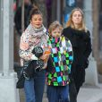 Helena Christensen, son fils Mingus et une amie dans les rues de New York le 7 mars 2012.