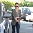 Jessica Alba lookée pour aller travailler. Le 14 mars 2012 à Los Angeles