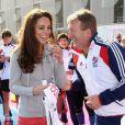Kate Middleton et David Faulkner, sélectionneur national olympique de cricket, à Stratford, le 15 mars 2012.