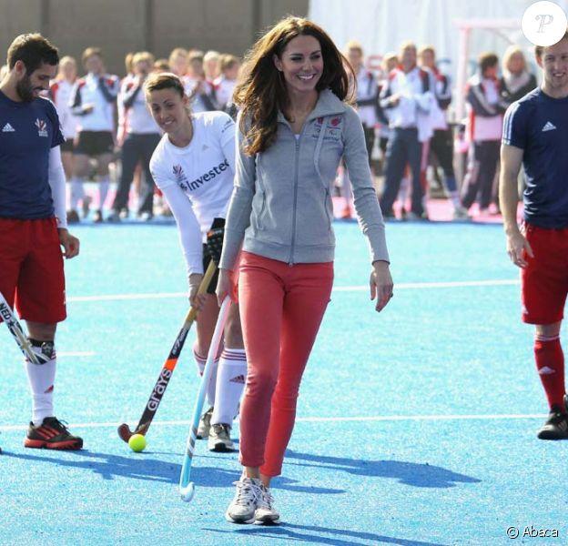 Kate Middleton resplendissante avec les athlètes des équipes olympiques de cricket à Stratford, au nord-est de Londres, le 15 mars 2012.