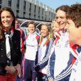 Kate Middleton à la rencontre des athlètes des équipes olympiques de cricket à Stratford, au nord-est de Londres, le 15 mars 2012.