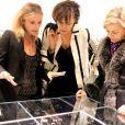 Inès de la Fressange découvre les bijoux lors de la présentation de la nouvelle collection joaillerie Stone chez Montaigne Market le 6 mars 2012 à Paris