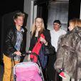 Fabio Coentrao, sa femme Andreia et leur petite fille Vitoria dissimulée sous un manteau de fourrure le 6 mars 2012 à Madrid