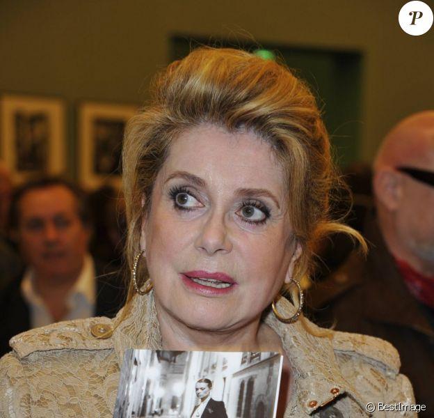 Catherine Deneuve lors du vernissage de l'exposition Helmut Newton au Grand Palais à Paris le 23 mars 2012
