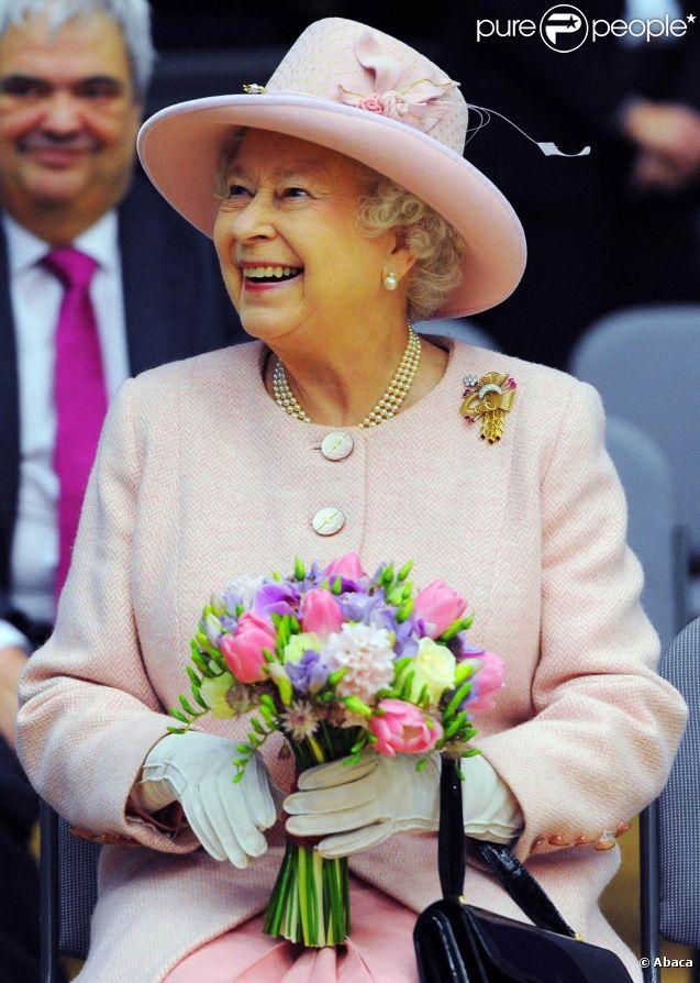 La reine Elizabeth II en visite à Manchester et Salford le 23 mars 2012 avec son mari le duc d'Edimbourg dans le cadre de la tournée royale du jubilé de diamant.