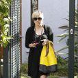 Reese Witherspoon a trouvé la parade pour dissimuler son ventre rond dans les rues de Los Angeles le 28 mars 2012