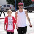Moment complice entre Ryan Phillippe et sa fille Ava lors d'une balade shopping dans les rues de Los Angeles le 28 mars 2012