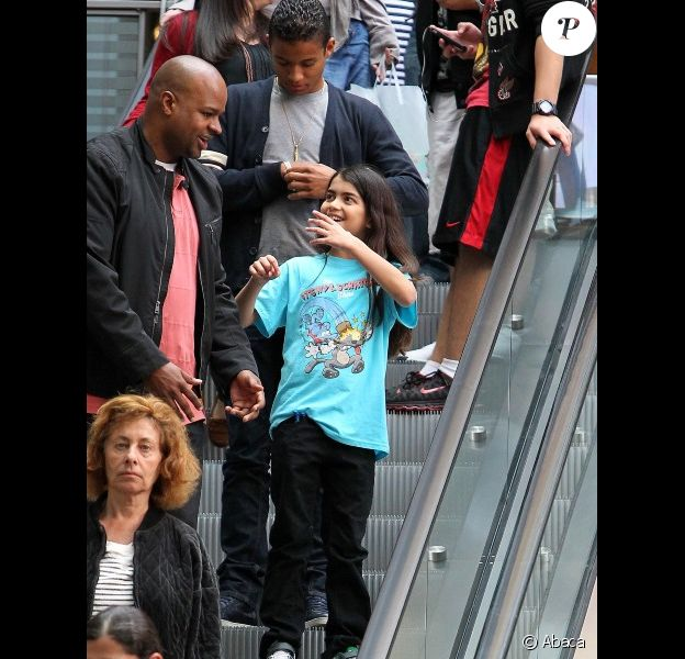 Blanket Jackson, fils de MJ, affiche un beau sourire le 30 mars 2012 en allant au cinéma