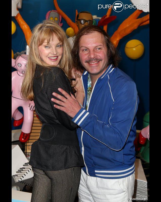 Philippe Katerine et Arielle Dombasle le 3 avril 2012 à la Galerie des Galeries lors de l'inauguration de l'exposition  Comme un ananas  à Paris