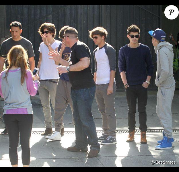 Le groupe One Direction rencontre quelques fans et pose en leur compagnie à Westwood, en Californie, le mercredi 4 avril 2012.