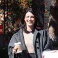 Un long manteau et des pantoufles fourrées pour Shenae Grimes, lors d'une pause café et magazines sur le tournage de 90210. Los Angeles, le 19 mars 2012.
