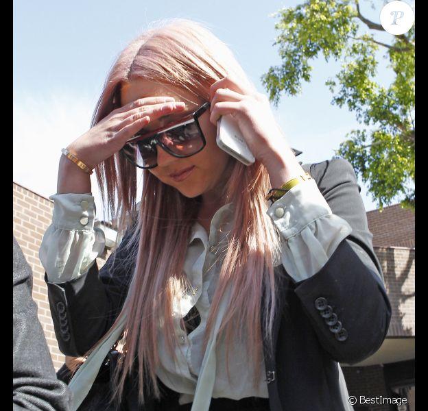 Amanda Bynes sort d'un poste de police de Los Angeles, le 6 avril 2012. Elle a été arrêtée vendredi matin en état d'ivresse, après avoir embouti un véhicule de police.
