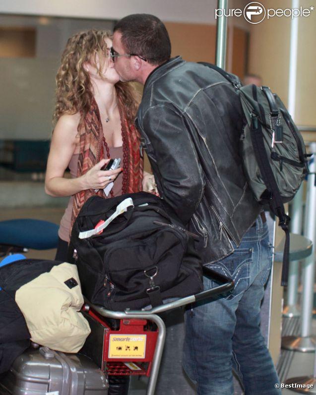 AnnaLynne McCord et son petit ami Dominic Purcell s'embrassent tendrement lorsqu'ils arrivent à l'aéroport de Vancouver au Canada le 9 avril 2012
