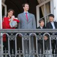 La famille royale de Danemark au balcon d'Amalienborg lors des célébrations du 72e anniversaire de la reine Margrethe, le 16 avril 2012. Le même jour, les royaux étaient peinés d'apprendre la mort du magnat Arnold Maersk Mc-Kinney Møller.