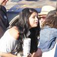 Selena Gomez fait la connaissance d'une petite fille, à Los Angeles, le samedi 21 avril 2012.