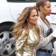 Jennifer Lopez met l'accent sur le doré avec une veste et un pantalon Temperley London, portés sur des sandales à talons Jimmy Choo. Los Angeles, le 25 avril 2012.