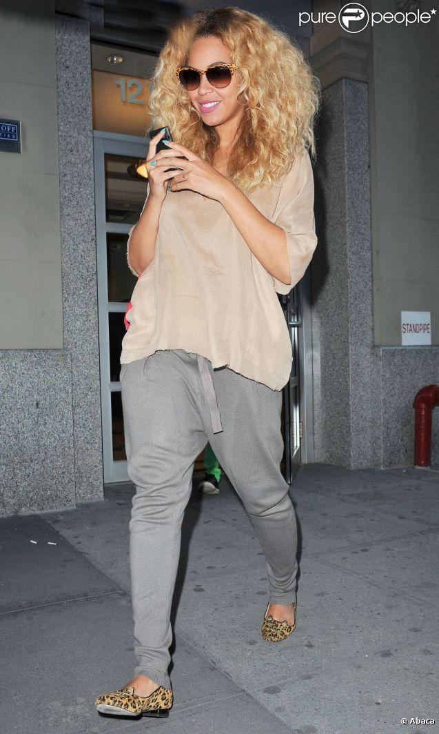 Beyoncé souriante dans le quartier de Chelsea à New York, habillée très relax avec une paire de ballerines Charlotte Olympia. Le 25 avril 2012.