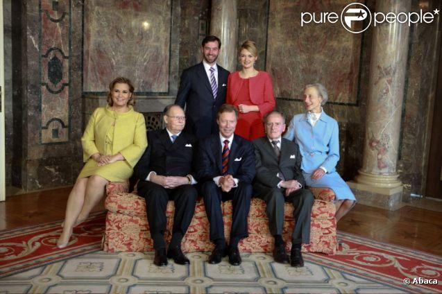 Le prince Guillaume, grand-duc héritier de Luxembourg, et la comtesse Stéphanie de Lannoy, ici entourés de leurs parents lors de leurs fiançailles le 27 avril, célébreront leur mariage le samedi 20 octobre 2012. La date a été annoncée le 3 mai par la cour grand-ducale, une semaine après les fiançailles des jeunes gens, annoncées le 26 avril et célébrées à Colmar-Berg le 27 avril 2012.