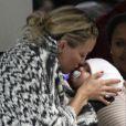 Kate Hudson et son fils Bingham prennent un vol pour Londres. A Los Angeles, en avril 2012