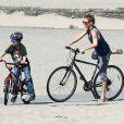 Kate Hudson et son fils aîné Ryder font du vélo à Santa Monica, en mars 2012.